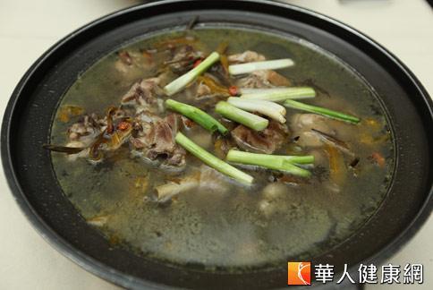 【金針養生雞湯】:補氣養血。(攝影/黃志文)