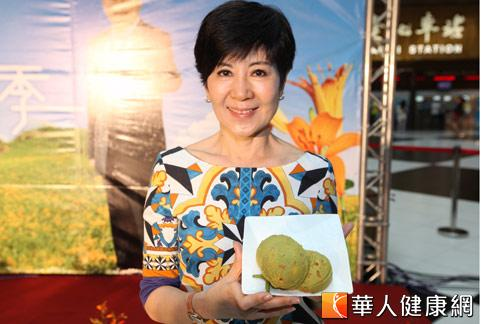 擅長養生料理的陳月卿老師,親自示範自創的「金針花健康沙拉」,受到好評。(攝影/黃志文)
