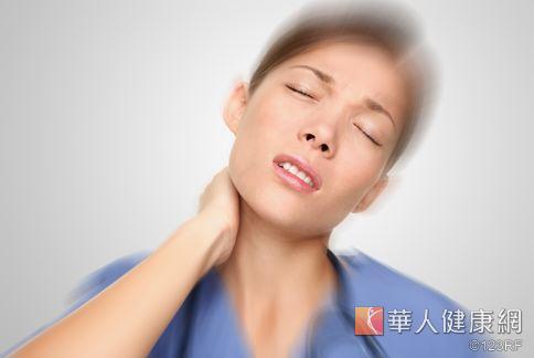 預防落枕的方法,平時應加強鍛鍊頸部,增強肌肉力量。