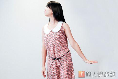 預防落枕訓練頸部肌肉第3招/左右手沈肩之一。(攝影/楊伯康)