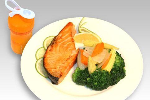 晚餐之一╱均適奶昔+鮭魚排。(圖片提供╱如新公司)