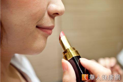 口紅是現代女性必備的一項化妝品,但研究發現其內含的重金屬可能導致胃癌。(圖片/本網站資料照片)