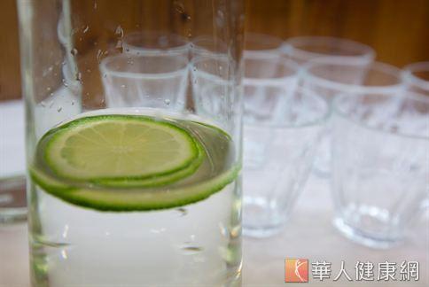 許多的知名女星公開表示,自己維持美麗的秘訣就是每天飲用檸檬水。究竟怎麼自製、飲用檸檬水才能達到最好的效果?(圖片/自本站資料畫面)