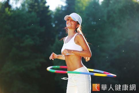 搖呼拉圈不是有氧運動,燃燒脂肪的效果有限,且可能造成腰部肌肉拉傷,嚴重時甚至會引發椎間盤突出。