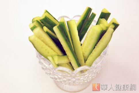 小黃瓜的熱量低又有飽足感,加上含有「丙醇二酸」可抑制脂肪的生成,被視為減重者的良伴。(圖片/華人健康網)