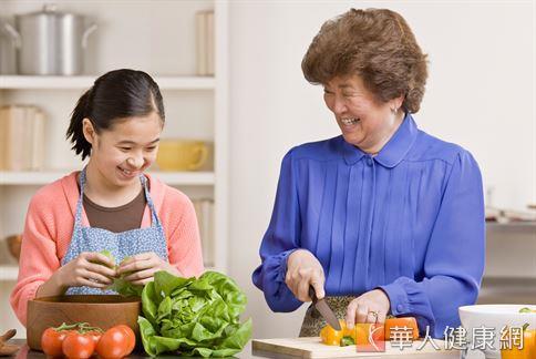 想要預防脂肪肝發生,民眾應維持清淡、少加工、多攝取纖維質含量高的食物,為日常飲食方式。