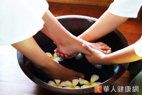 夏天是人體陽氣最旺盛的季節,女性朋友每晚用溫水泡腳,更能發揮促進血液循環的效果,幫助改善寒性體質。