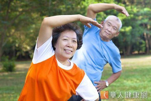 平時有腰痠背痛症狀的老年人,一定要鼓勵自己找時間多到戶外伸展一下筋骨,以免久坐不動導致症狀惡化。