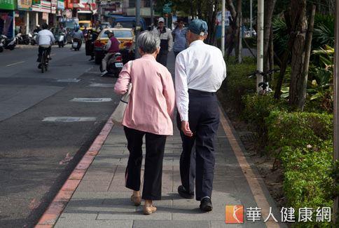 醫師建議老年人可走路到住家步行5分鐘路程的地方購物或用餐,增加走路的運動量。