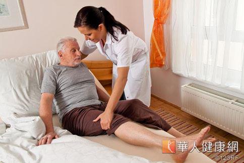 年紀大雙腳遲鈍常不聽使喚,而透過運動與飲食則能緩解關節退化症狀。