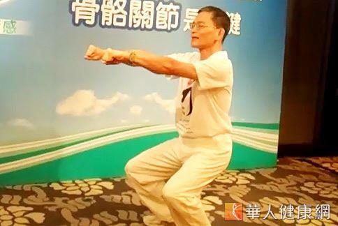 蹲馬步的姿勢可檢測和訓練正確姿勢,強化脊椎骨骼。(動作示範/簡文仁物理治療師、攝影/駱慧雯)