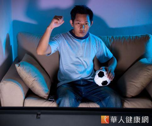 國健署提醒,球迷熬夜看世足賽直播時,別忘了適度活動筋骨,促進血液循環。