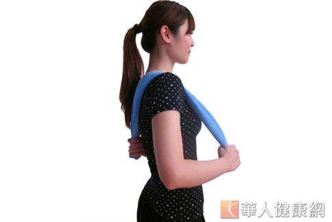 在居家自主性運動中,毛巾操復健可緩解五十肩疼痛症狀。(攝影/張世傑)