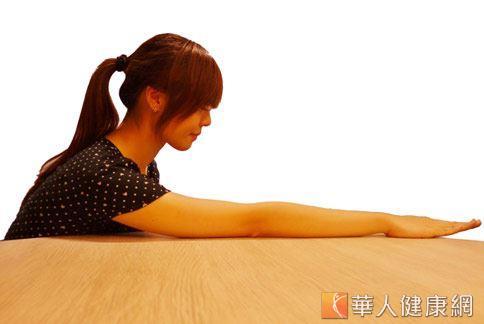 肩膀前舉運動復健治療五十肩,可讓肩關節舉手不卡卡。(攝影/張世傑)