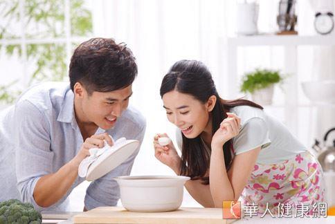 孕婦因荷爾蒙改變,常有長斑、長痘等肌膚問題,中醫師建議燉煮潤膚的藥膳湯飲用,可改善肌膚瑕疵。
