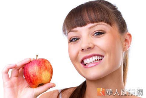 國外研究顯示,相較於檸檬汁和綠茶等除臭食物,吃蘋果更能去除口中蒜味。