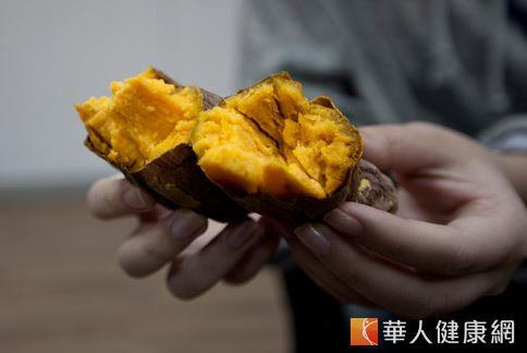 地瓜含有豐富的類胡蘿蔔素與纖維,能減緩消化速度且防止血糖飆高。