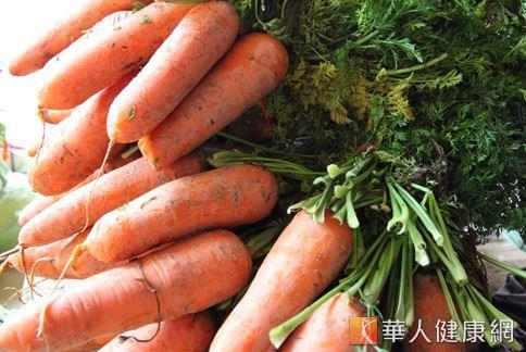 紅蘿蔔富含水份與纖維質;此外,美國研究發現,以104度烘烤的紅蘿蔔比生的紅蘿蔔多了三倍的抗氧化物。
