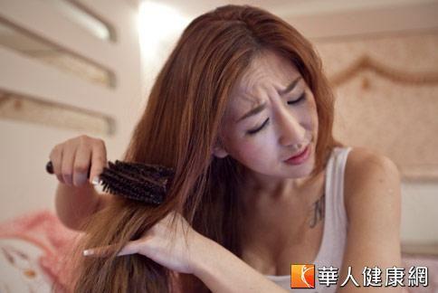 要預防掉髮,應避免整髮過度,洗髮時輕揉而非力扯。(圖片/華人健康網資料照片)