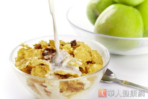 高纖玉米穀片加鮮奶,搭配一顆蘋果,就是高纖好吃的早餐。