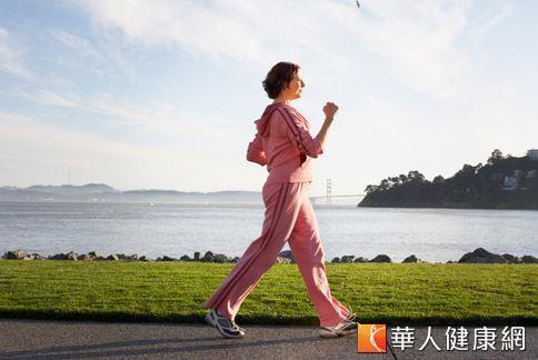 步行可以鍛鍊腹肌並刺激腸胃道蠕動,幫助人體排便更順暢。
