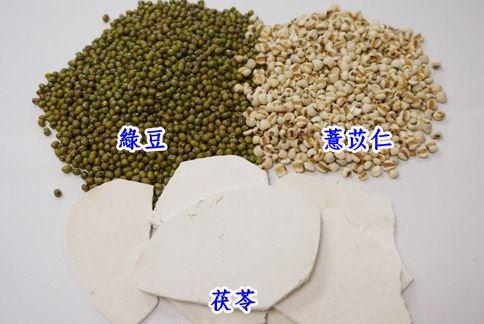 去綠豆、薏苡仁和茯苓煮成甜湯,可健脾利濕、清熱除癢,預防汗皰疹發作。(圖片提供/彰化基督教醫院)
