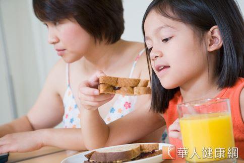 飯後吃水果會不舒服者,建議調整吃的時間,把水果當作餐與餐的點心。