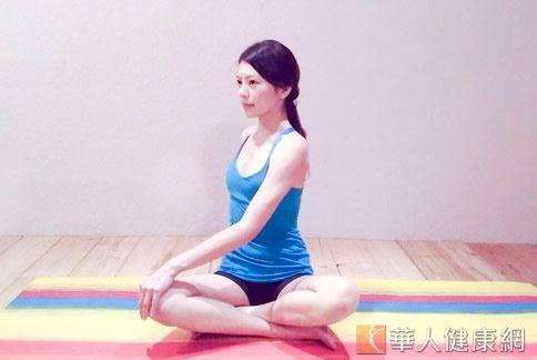Sisii瑜珈老師(如圖)指出,久坐不動會引起腸胃不適,適度瑜珈運動能讓腸胃健康。(示範/Sisii老師;攝影/江旻駿)