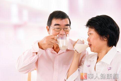 不少人認為喝牛奶、吃乳製品,有助於照顧腸胃,但你知道嗎?這樣的方式只做對一半。
