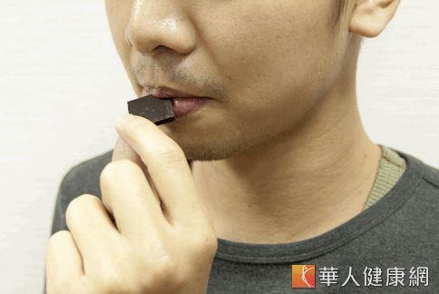 營養師建議可以吃純度75%以上的純黑巧克力,也有助增加血清素,抑制食慾。