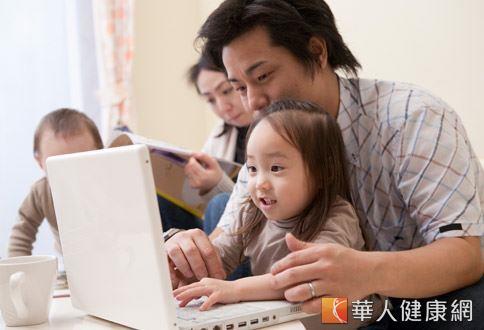 現代家長工作忙碌,常讓3C產品當保母,但疏於照護眼睛的結果,往往是導致孩子近視或度數加深。