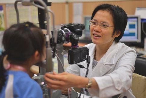 鄭涵之醫師提醒,學童的眼睛長時間盯著3C產品螢幕,易造成近視甚至加深,建議定期到眼科檢查和追蹤視力。(圖片提供/台北慈濟醫院)