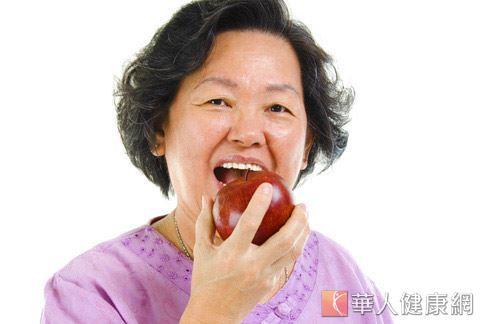 老人缺牙容易有進食和咀嚼困難的情況,長期導致營養不良,恐增加其他全身性疾病的風險。