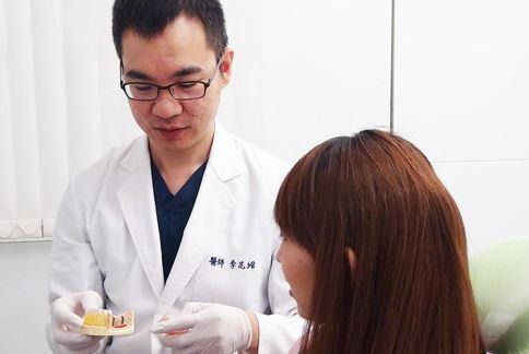 李昆縉牙醫師提醒,患者做完人工植牙後,更要注意口腔清潔和衛生。(圖片提供/李昆縉牙醫師)