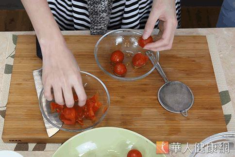 川燙後撈出立即放入冰水,可幫助輕鬆去除番茄的薄皮。(攝影/江旻駿)