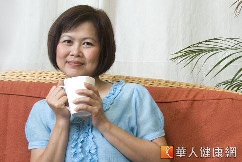 根據個人需求、症狀差異,選擇飲用具有暖經、軟堅散結、補正氣效果的中藥茶飲來幫助改善、調理自身體質,也是一種治療子宮肌瘤的方式。