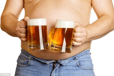 英國《每日郵報》報導,適量飲用啤酒,不但不會造成肚子上的游泳圈,其促進膽汁分泌的功能反而還能幫助人體消化肚子裡的油膩食物。(圖片/取材自英國《每日郵報》)
