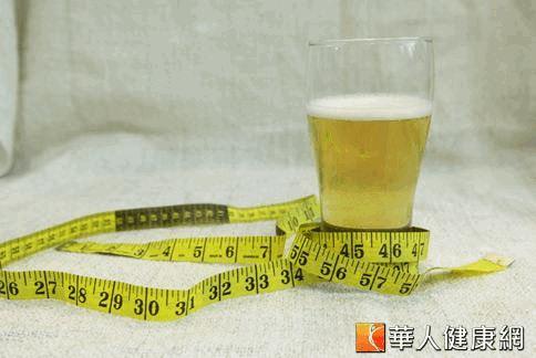 營養師提醒,啤酒的熱量雖比多數含糖飲料低,但還是有熱量及糖份,喝多難免發胖。
