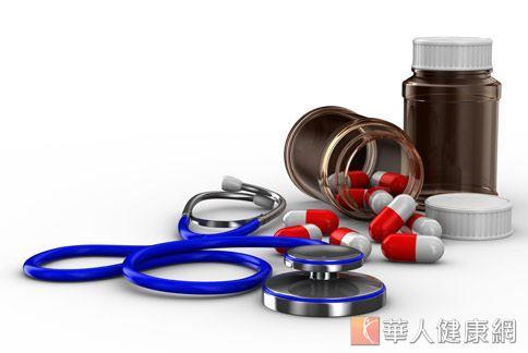 正在服用安眠藥、感冒藥或部分種類抗生素的患者,應避免飲酒,以免造成藥物交互作用。