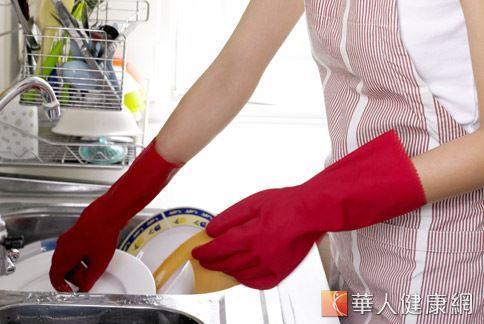 家庭主婦也是好發「腕遂道症候群」的族群之一,常見洗碗盤的動作就可能是誘發因子。