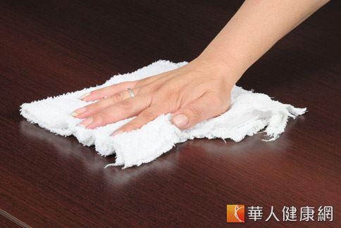 用抹布擦地的動作會讓手腕處於不自然的彎曲狀態,壓迫手部神經,導致痠麻痛。