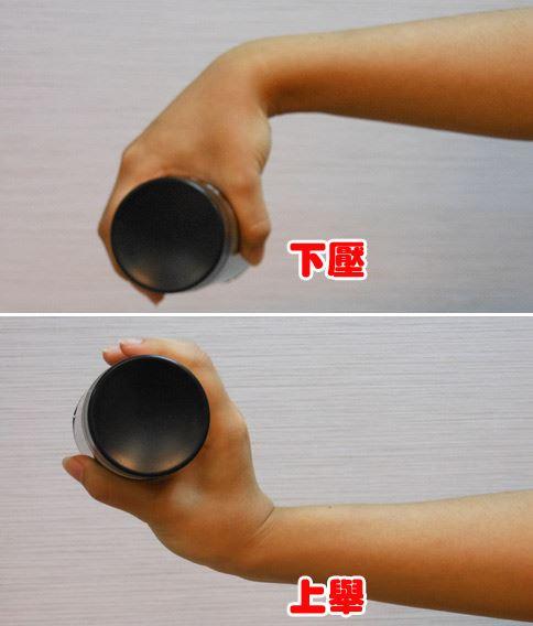 示範動作:水瓶練「腕」力。(攝影/駱慧雯)