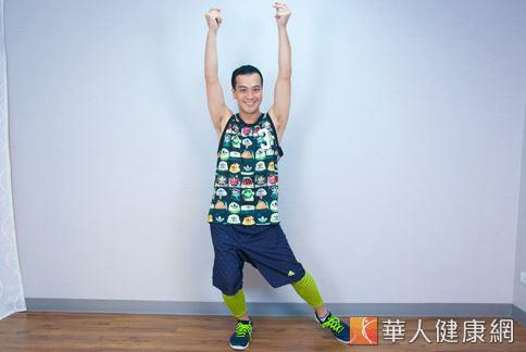 雙手上舉兩邊丟手、腳側點的動作可以甩掉手臂惱人的掰掰肉。(圖/江旻駿攝影)