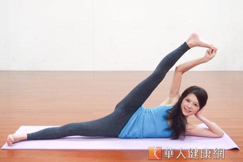 瑜珈消水腫有撇步,肢體協調伸展很重要。(示範:Sisii 養身瑜珈老師;攝影江旻駿)