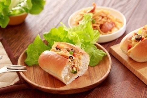 【墨西哥香辣香腸炒麵麵包】散發著麥香的麵包把起司的濃郁、香腸的鮮辣包裹起來。