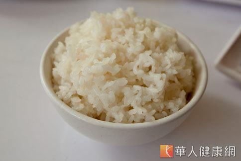 國外研究發現,每天吃白米飯可能增加11%的第二型糖尿病風險。