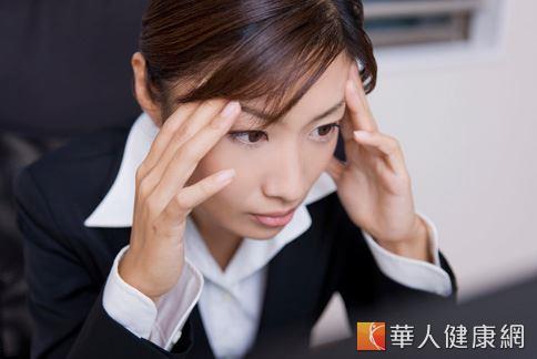 上班族長時間使用手機或電腦,用眼過度容易造成眼睛乾澀、視力受損。