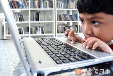 美國小兒疾病職能治療師及生物學家克莉絲羅文(Cris Rowan)撰文表示,兒童長期使用手持3C產品可能造成大腦執行功能失常及發展遲緩等問題。