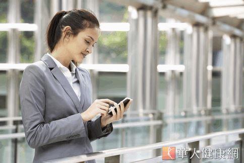 哈佛大學教授建議主管設定員工「免回應」的時間,避免智慧型手機的便利性反帶給員工心理壓力,進而影響工作效率。