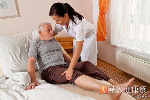 老化會帶來的疾病、身心功能的退化,令兒女最感困擾的是如何預防臥床老人的肢體攣縮。